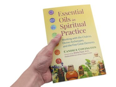 Essential oils in spiritual practice (Hand) - Crystal Dreams
